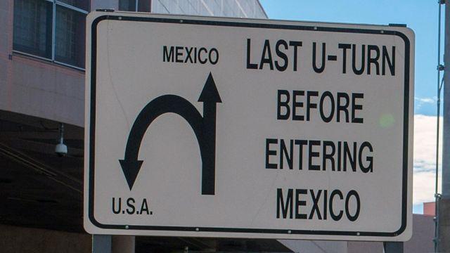 """""""Última vuelta en u antes de entrar a México"""", dice esta señal de la ciudad fronteriza."""