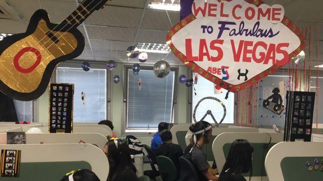 Escritório de call center enfeitado com o tema Las Vegas