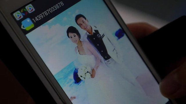 Photo on a phone of Quan Li with his wife