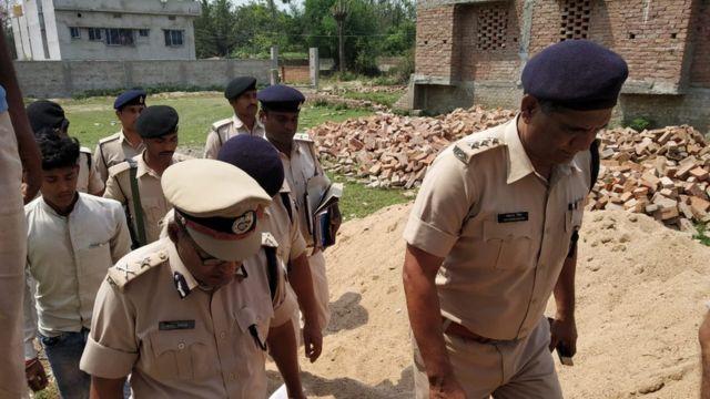 घटना की जाँच के लिए मौक़े पर पहुँचे पुलिसकर्मी
