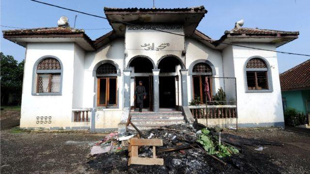 Masjid kelompok minoritas Ahmadiyah yang dirusak warga di desa Cisalada, Bogor pada Oktober 2010