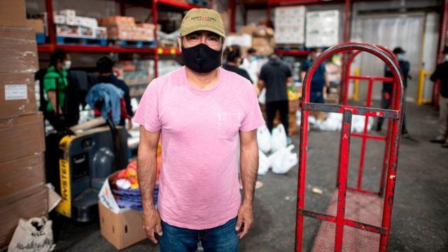 Американец Феликс Пинсон потерял работу на стройке. Теперь он помогает аргентинскому пастору в Бронксе развозить еду нуждающимся. Занят, конечно, но не трудоустроен