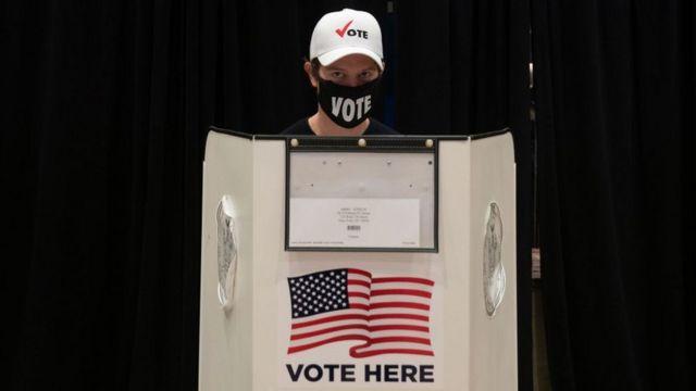 Un elector en un centro de votación en Nueva York.