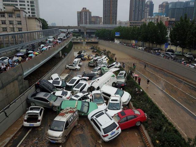 洪水过后,很多车辆堆在一起。