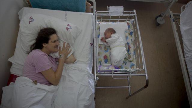 Mujer junto a su bebé.
