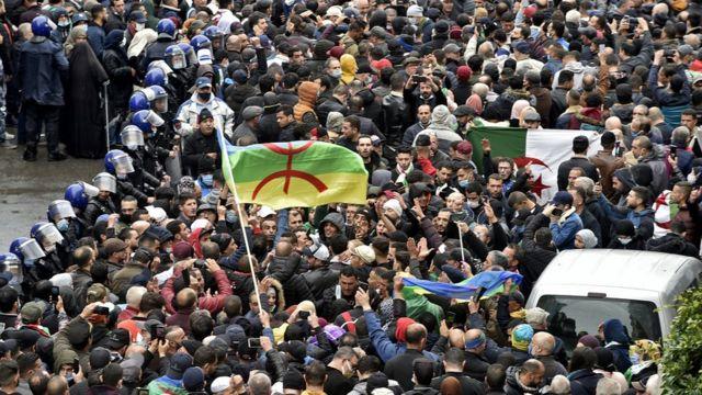متظاهرون جزائريون في شوارع العاصمة الجزائر يحيون الذكرى السنوية الثانية لانطلاقة حراكهم الشعبي