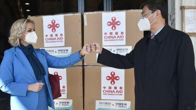 黑山衛生部長博約維奇(左)和中國駐黑山大使劉晉出席在黑山波德戈裏察舉行的中國疫苗交接儀式(新華社圖片3/3/2021)
