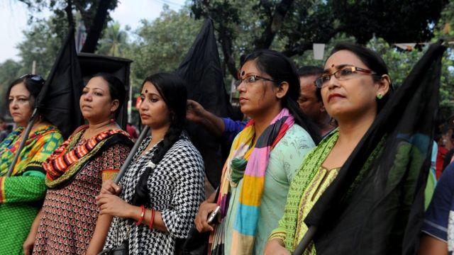 ব্রাহ্মণবাড়িয়ার ঘটনার প্রতিবাদে ঢাকায় কালো পতাকা হাতে মানববন্ধন