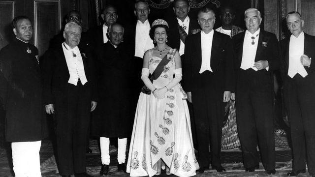 Королева и премьер-министры стран Содружества во время встречи в 1960 году