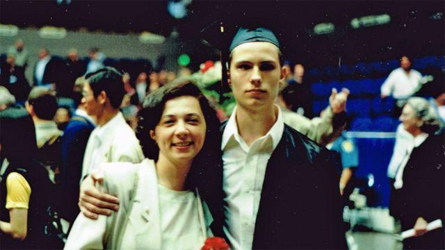 Уэс с мамой на выпускном