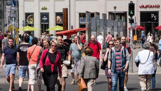 ألمان يعبرون الشارع