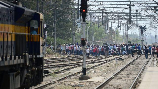 시위대가 철도를 막아서고 차량을 불태우면서 집회 금지령이 내려졌다