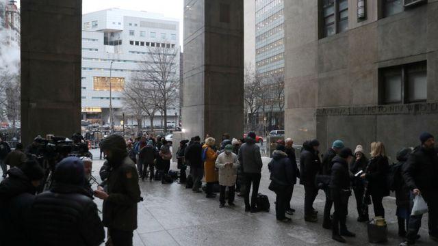 Periodistas hacen fila a las puertas del tribunal penal de Nueva York
