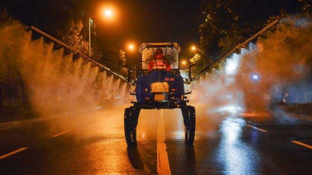 Insecticida rociado en una calle japonesa