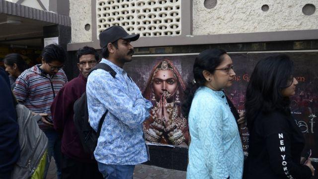২০১৮ সালে কলকাতায় পদ্মাবত ছবি দেখার জন্য দর্শকের লাইন