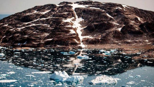 Un glaciar liberando agua.