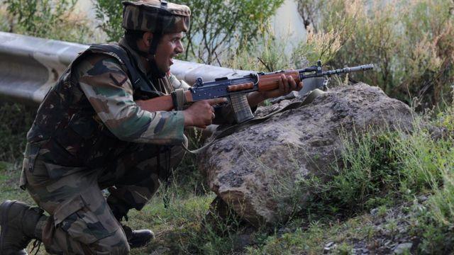 18 सितंबर को भारत प्रशासित कश्मीर के उड़ी में सेना के कैंप पर हुए चरमपंथी हमले के दौरान मोर्चा संभाले भारतीय सेना का जवान.