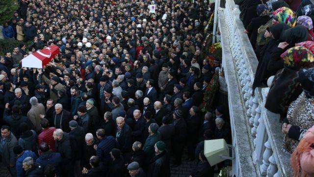 Yüzlərlə insan İstanbulda türkiyəli qurban Yunus Görmek-in dəfninə toplaşıb