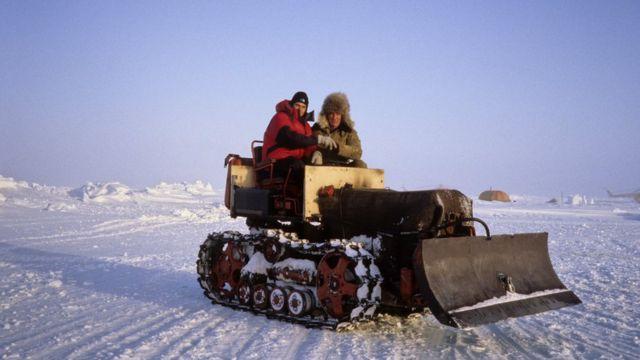 Сразу после десантирования полярники начинают строить аэродром при помощи небольших тракторов