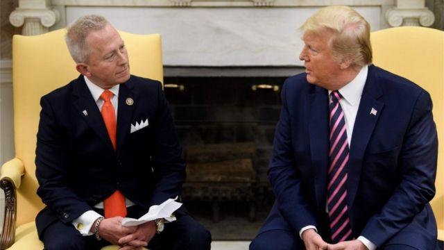 Jeff Van Drew y Donald Trump.