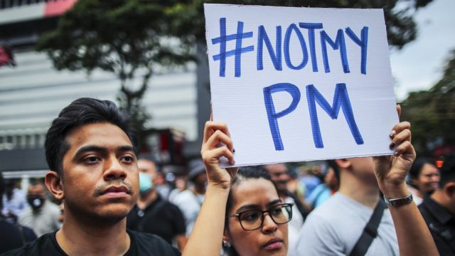 馬來西亞民眾抗議,手持標語上寫著:這個總理不是我選的。