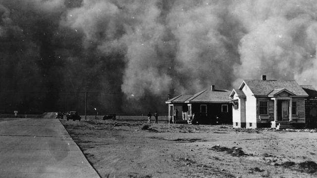 Tempestade de poeira atinge vilarejo