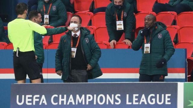 Şampiyonlar Ligi H Grubu'ndaki son maçın 13. dakikasında Başakşehir'in teknik ekibinden Pierre Webo (sağda), maçın Romanya Futbol Federasyonu'ndan dördüncü hakemi Sebastian Coltescu'nun kendisine karşı ırkçı ifadeler kullandığını söyledi.