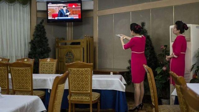 Dos mujeres sintonizando un canal de televisión norcoreano