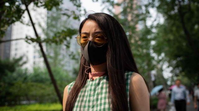 Mulher usa máscara na China