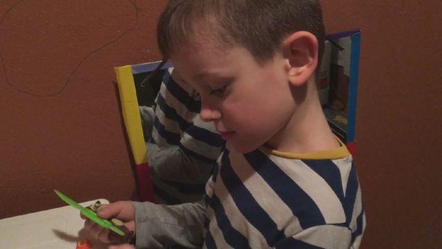 Relja Jojić, 5 godina, se igra s kašikicama