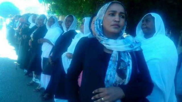 صورة مجموعة من السيدات المحتجات