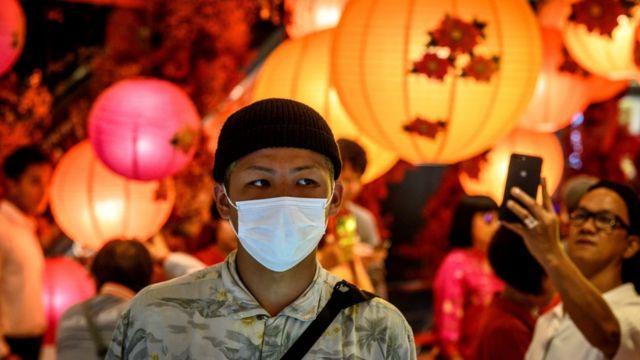 一名男子在泰國戴上口罩