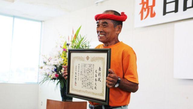Haruo Obata segura placa