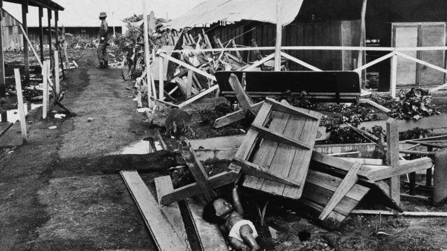 Destroços de pavilhão em foto em preto e branco