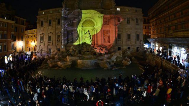 ローマの観光名所「トレビの泉」