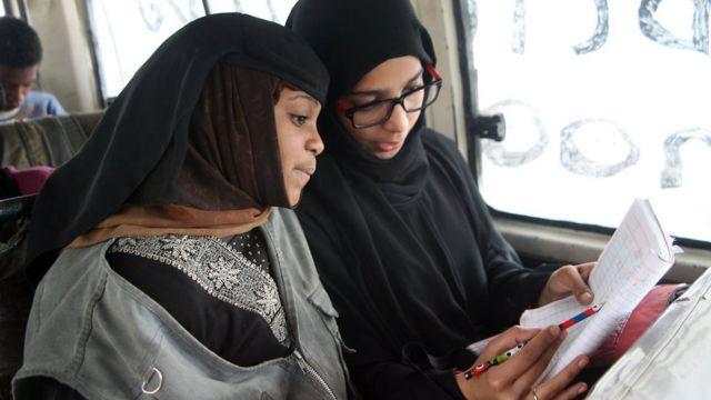 متطوعة يمنية تدرس فتاة - 2014