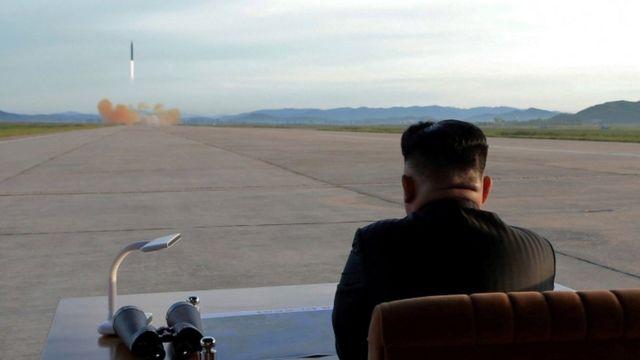 Kim Jong-un Eylül 2017'de Hwasong-12 füzesinin ateşlenmesini izliyor.