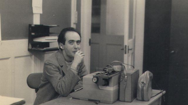 Vladimir Herzog sentado em frente a uma máquina de escrever na redação de Londres da BBC, em 1966, onde ele trabalhou por três anos