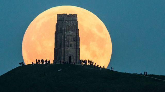 Lua atrás de uma torre