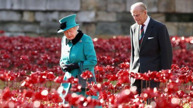 Королева и принц Филипп около Тауэра на инсталляции красных маков в честь 100-летия начала Первой мировой войны. Ноябрь 2014 года.