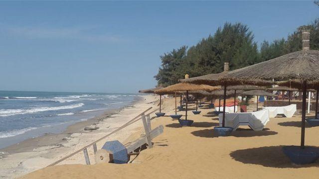 De belles plages avec du sable à l'infini. C'est l'une des images courantes du tourisme en Gambie.