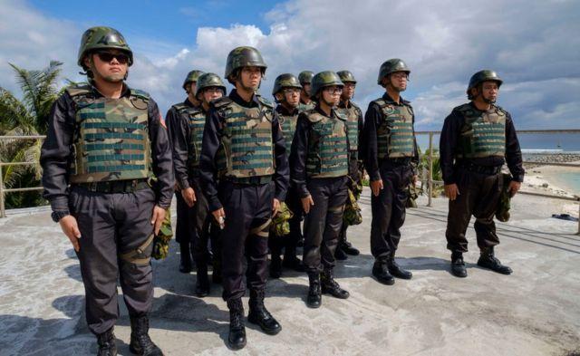 Miembros de la Guardia Costera en las disputadas islas Spratly.