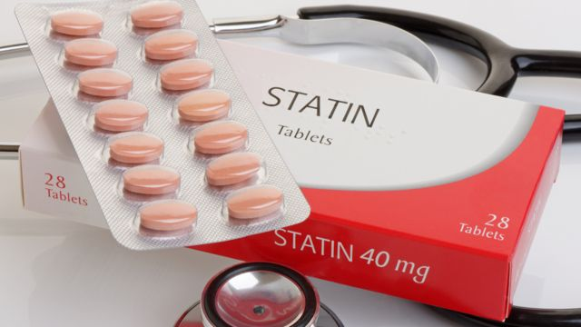 Caja de medicamentos, con pastillas de estatinas