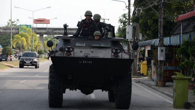ทหารอยู่บนรถถัง