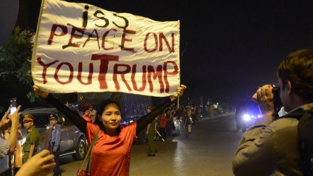 Ca sĩ Mai Khôi phản đối Tổng thống Donald Trump hôm 11/11