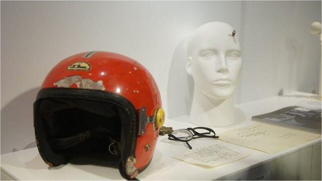 这是高中生王楠在现场中枪身亡后留下的头盔与眼镜。