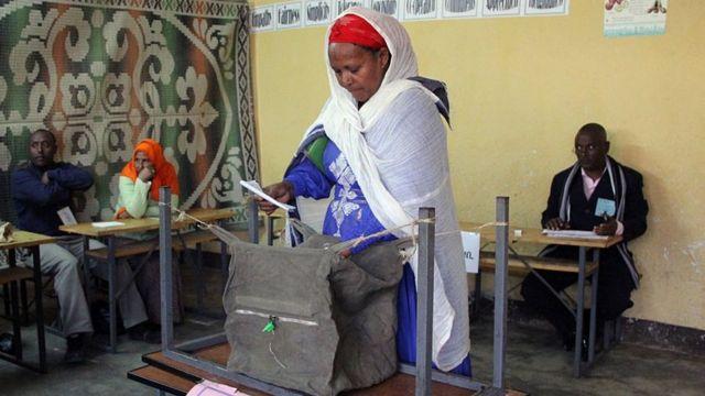 امرأة تدلي بصوتها - 24 مايو/أيار 2005