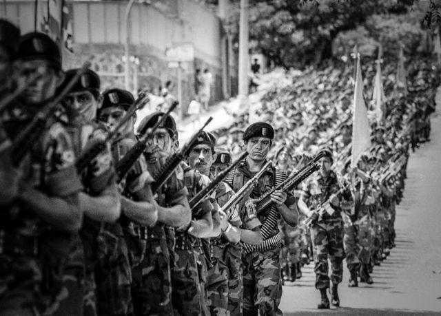 San Salvador, 15 de Septiembre 1991. Desfile militar, reflejo de una sociedad altamente militarizada.