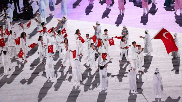 Türkiye'yi temsil edecek sporcular geçit töreninde.