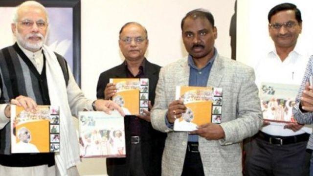 प्रधानमंत्री नरेंद्र मोदी के साथ जीसी मुर्मू